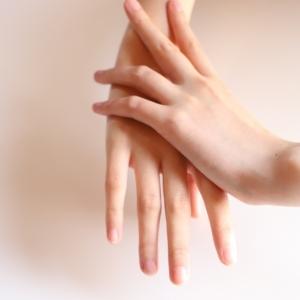 男性は女性の手で年齢を判断? 手が老ける原因と老け手用ハンドクリーム