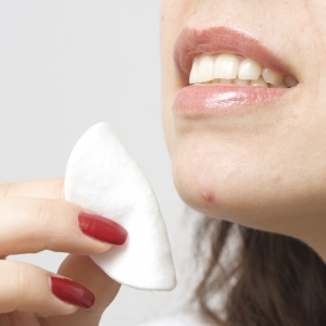 顎の下ニキビはホルモンバランスが影響大 大人の吹き出物ケアと対処法