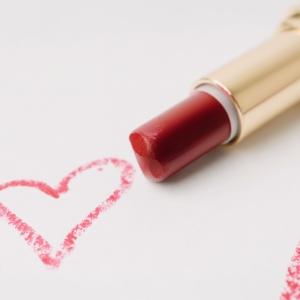 唇を薄く見せるリップの塗り方、メイク方法