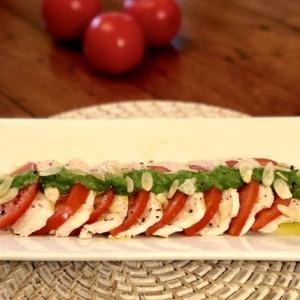 【糖質制限レシピ】しっとりジューシー鶏むね肉のカプレーゼ〜濃厚ブロッコリーソース