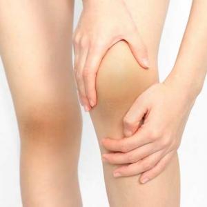 いつの間にか膝が黒く!黒ずみの原因と正しいケア方法で魅せられる脚
