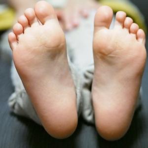 足が疲れやすいのは偏平足のせい? 簡単になおせる自宅トレーニング法