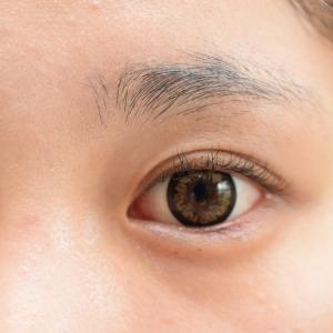 まぶたがむくんでいるときに、目元をぱっちり見せる方法&メイク