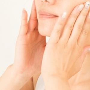 顔の歪みの原因は何? 左右対称に矯正するトレーニング&マッサージをご紹介