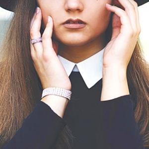 頬が乾燥する原因は?カサカサ肌を防ぐスキンケアを解説
